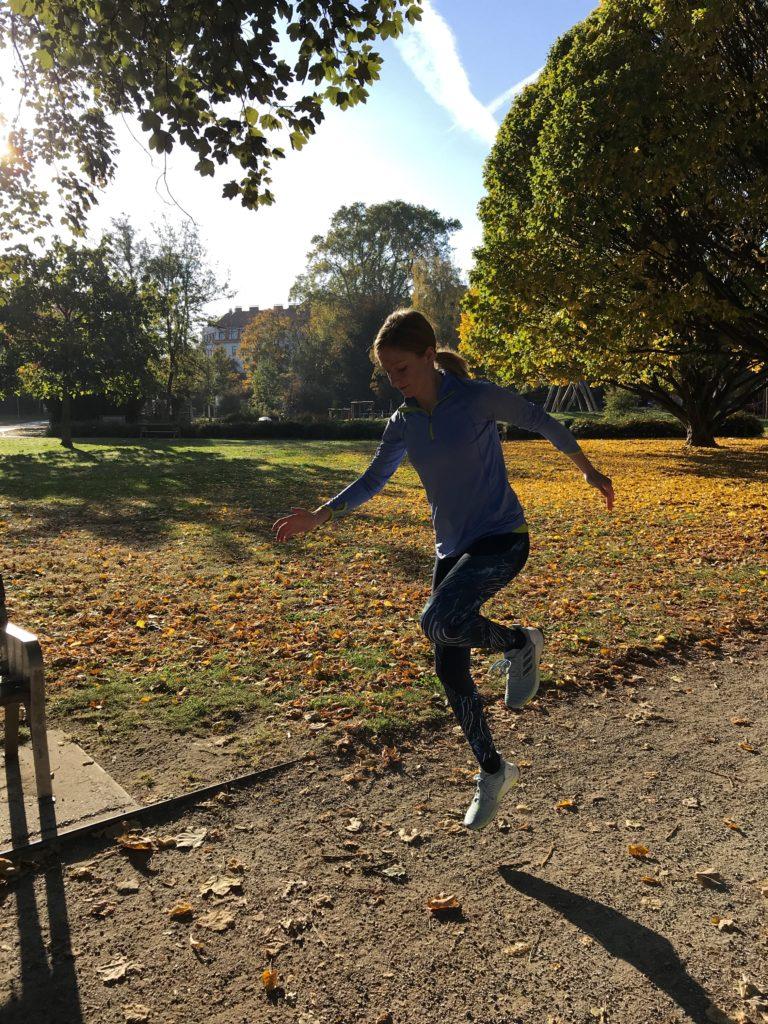Einbeinige Sprunge zur Verbesserung der Kniestabilität bei Läufern.