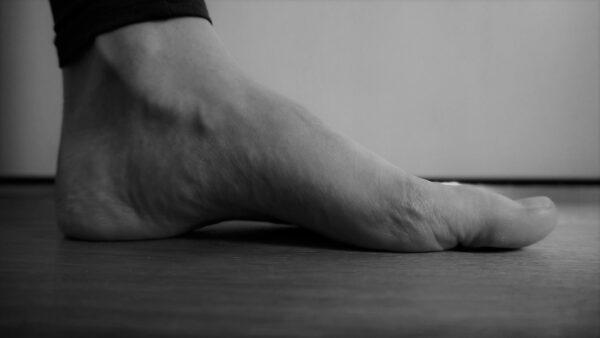 Der kurze Fuß ist eine wichtige Grundübung, um die Fußmuskulatur zu kräftigen.