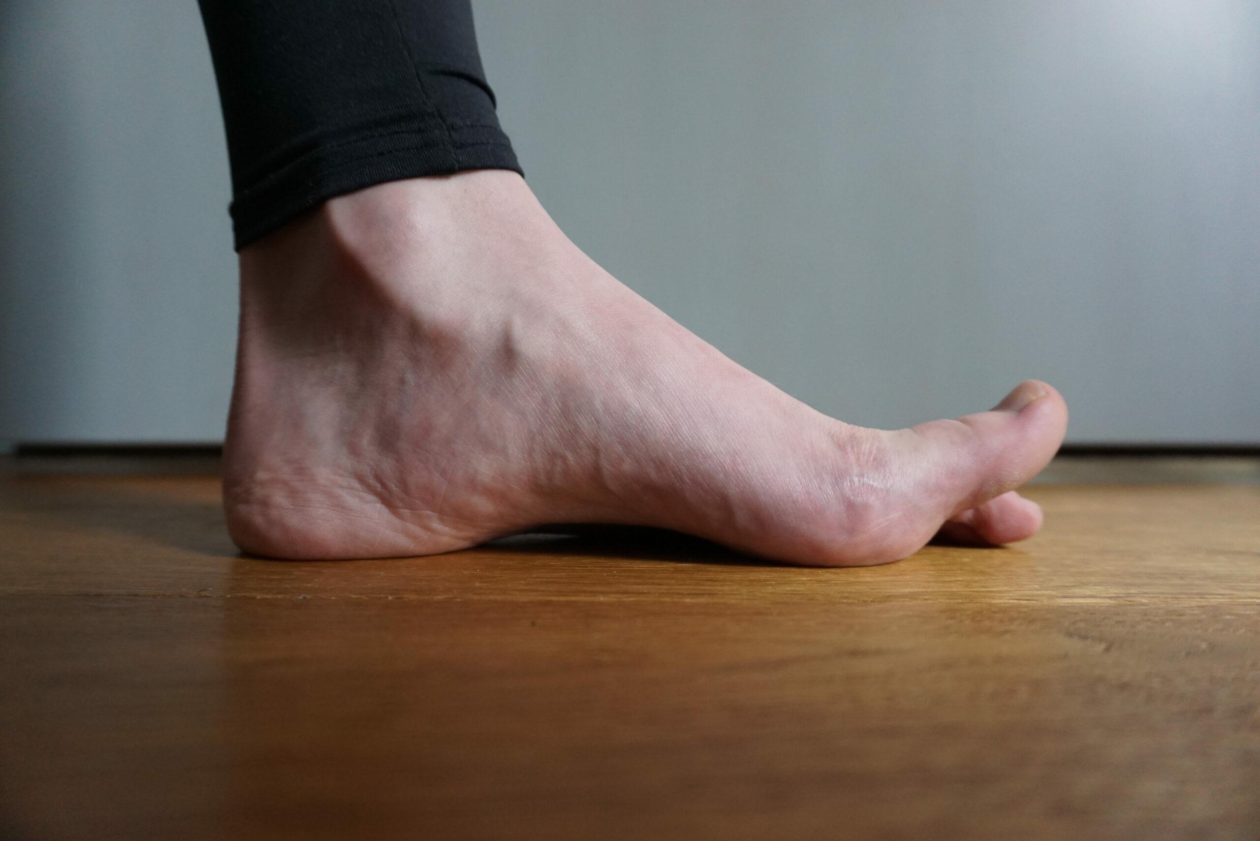 Das Heben der Großzehe kräftigt die Fußmuskulatur.